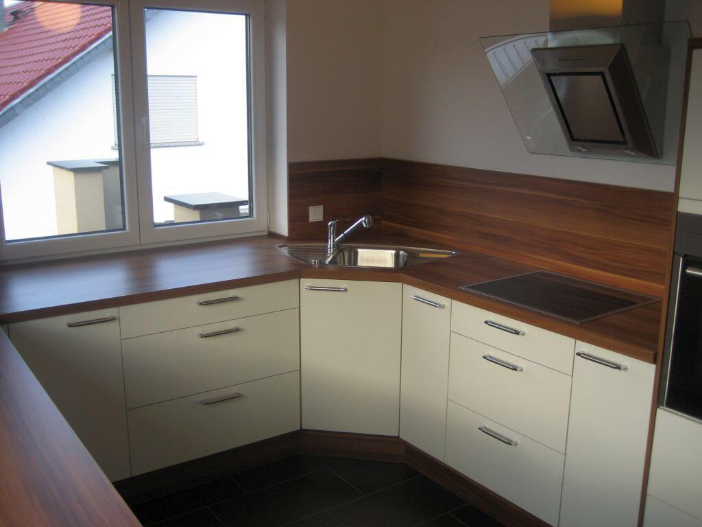 Moderne Küche mit Eck-Spülbecken und integrierten Regal. Ansicht 4