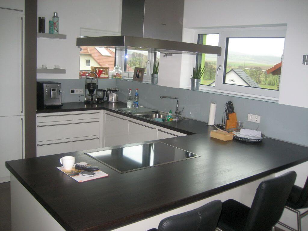 Designküche mit integrierter Theke in Schwarz Weiß gehalten. Ansicht 2