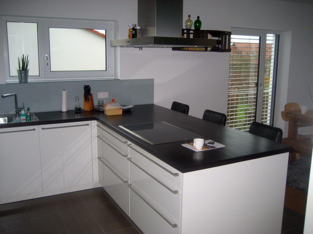 Designküche mit integrierter Theke in Schwarz Weiß gehalten. Ansicht 1