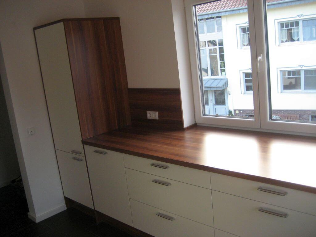Moderne Küche mit Eck-Spülbecken und integrierten Regal. Ansicht 3