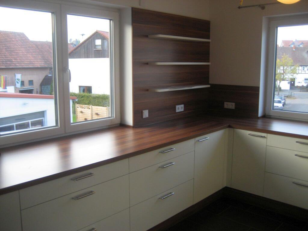 Moderne Küche mit Eck-Spülbecken und integrierten Regal. Ansicht 2