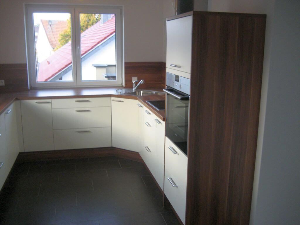 Moderne Küche mit Eck-Spülbecken und integrierten Regal. Ansicht 1